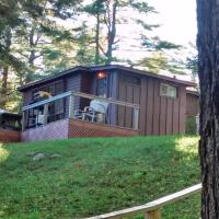 The Pines Cottage Resort, hotel em Oxtongue Lake
