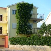 Apartments Borozan, hotel in Vinišće
