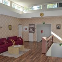 Hostelli Kuninkaankartano, hotel in Kuninkaanlähde