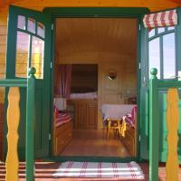 La Grange de Campaulise - Camping à la ferme - Roulotte - Mont Ventoux, hotel in Mazan
