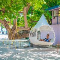 Jail Break Surf Inn, hotel in Himmafushi