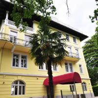 Hotel Villa Laurel, отель в Ловране