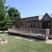 Lakeland RV Campground Deluxe Loft Cabin 13, hotel in Edgerton