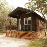 Medina Lake Camping Resort Studio Cabin 1, hotel in Lakehills