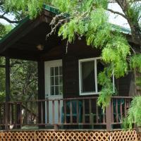 Medina Lake Camping Resort Cabin 8, hotel in Lakehills