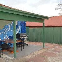 Luke's Cozy Guest House, hotel in Cringila