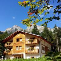 Chalet Tovel - Mountain Lake, hotel in Tuenno