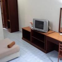 Tanjung Demong Beach Resort, hotel in Kampung Kuala Besut