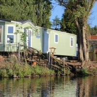 Marshlands Lakeside Nature Retreat, hotel in Barton-upon-Humber