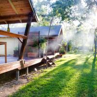 Airlie Beach Eco Cabins, hotel in Cannonvale