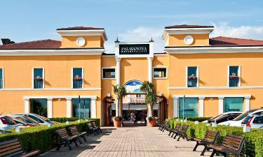 Hotell nära Palmanova Outlet Village