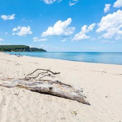 Irakli Beach, Obzor