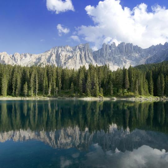 Émerveillez-vous devant l'arc-en-ciel de couleurs du lac de Carezza