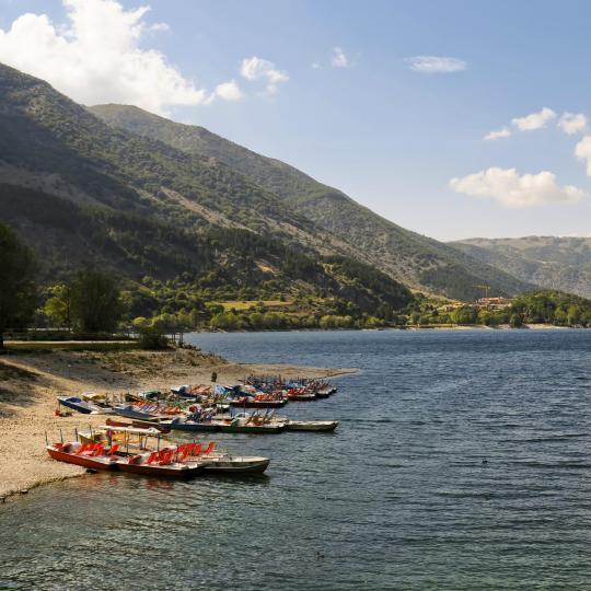 Bergsutsikt och vattenaktiviteter vid Scannosjön