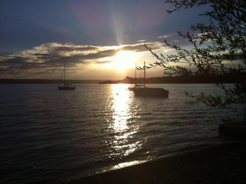 Sonnenuntergang am Seeufer