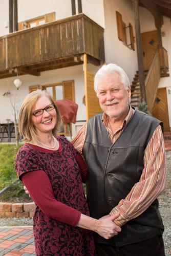 Emi und Peter vor dem Haus - Aufgang zum Apartement