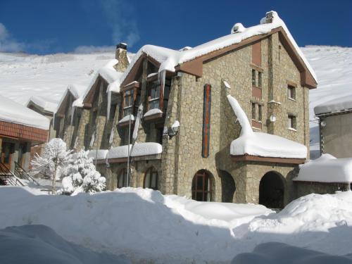 Hotel San Glorío con nieve.