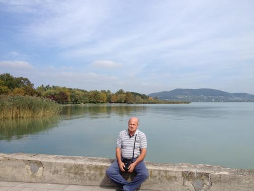 Modos István a Balatonnál