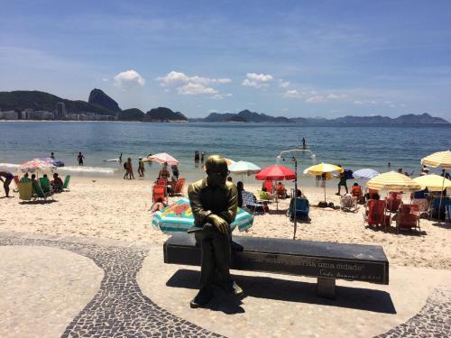 Referência do bairro, estátua do poeta Carlos Drummond de Andrade