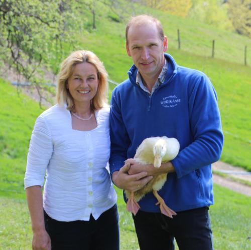 Herta und Hans mit einer Frühlingsente