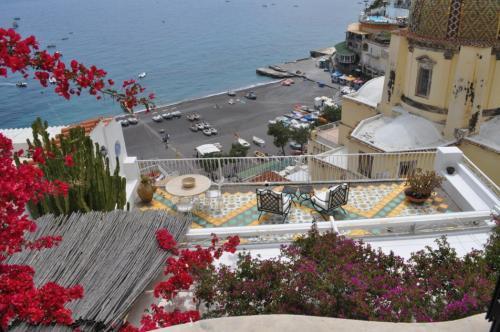 Vista da una camera da letto su mare e terrazza della villa