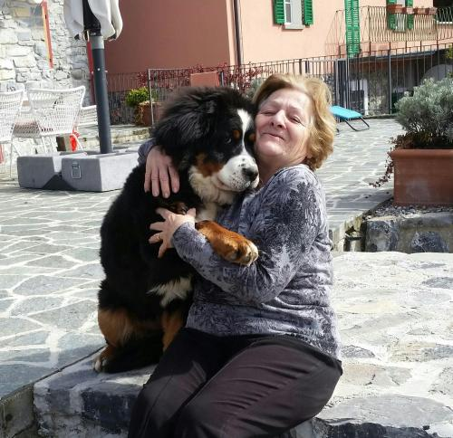 Silvana con Isotta una cucciola di bovaro bernese buonissima