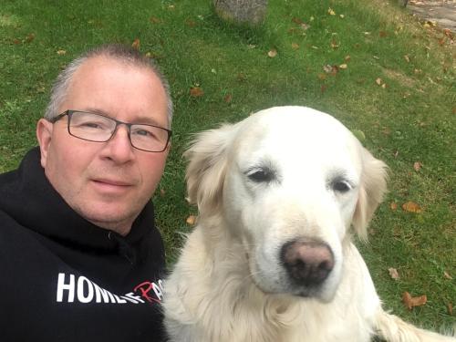 Gastgeber Saul Siera mit sein liebe Familienhund Aurelia.