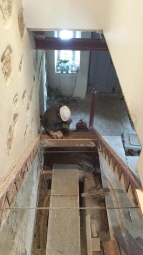 Gereon der Baumeister beim Einbau der neuen Treppenanlage 2016