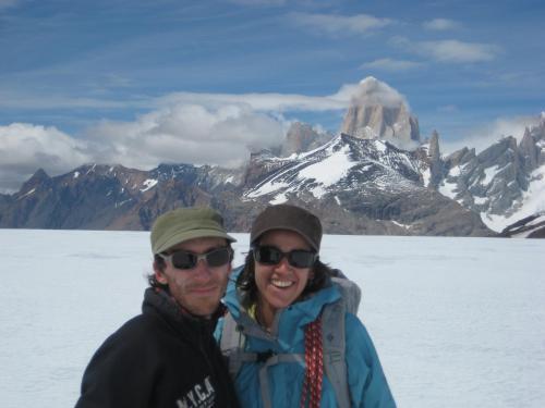 Pedro & Laura sobre el Hielo Continental Sur.  Detras el Cerro Fitz Roy.