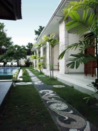 family 6 bed room living house with pool;