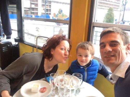 la famiglia in aperitivo  sul tram a torino....