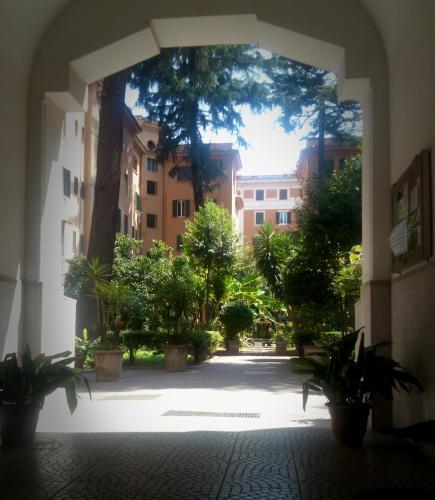 L'ingresso del palazzo con un bellissimo giardino condominiale.