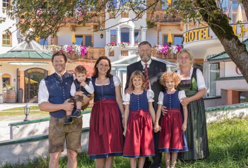 Papa Franz, Mama Elfi, Opa Sepp, Oma Traudl und unsere Kinder Anna, Eva und Leo