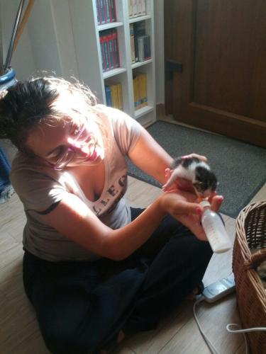 Sara con un micino appena nato