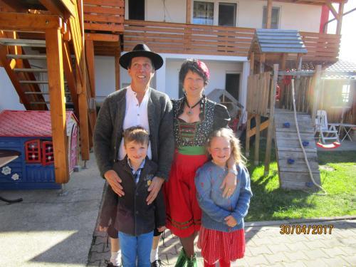 Werner und Sabine mit Enkeln Nico und Sarah
